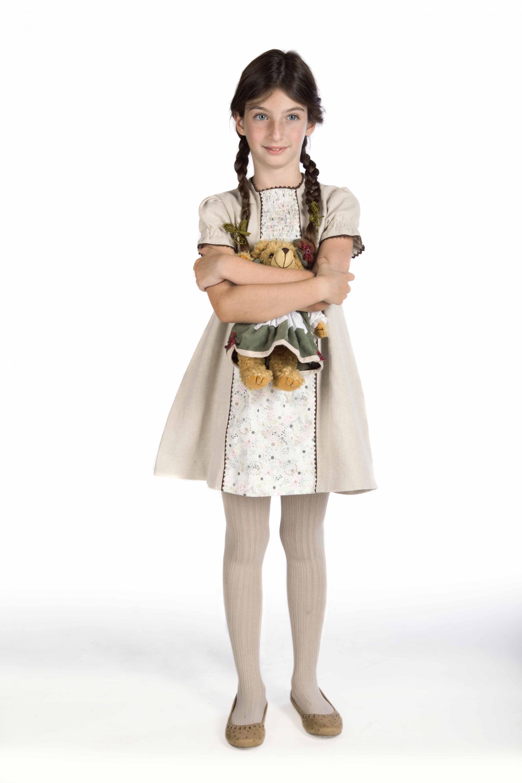 El vestido Claudia, un clásico con un toque moderno, está disponible en varias tonalidades.