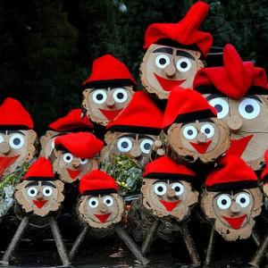 El Cagá Tió es una tradción catalana muy curiosa, en la que los niños apalean en la mañana de Naviidad esta suerte de piñata de leña para obtener las golosinas de su interior.