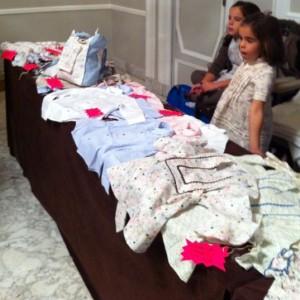 Las hijas de Helena, fundadora de Athina, lucieron los diseños y atendieron el puesto unos minutos.