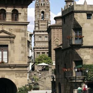 El Poble Espanyol, en Barcelona, es un punto turístico en el que podrás pasar un día divertido con los niños. Imagen: pobleespanyol.com