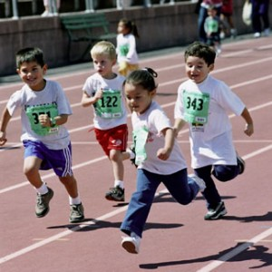 Compañerismo, superación, perseverancia... son algunos de los valores que inculca el deporte en los pequeños. Imagen en futbolescolar.com.