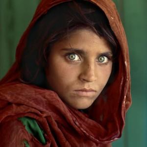Considerada como la fotografía más célebre de NatGeo, La Niña Afgana, de SteveMcCurry es un símbolo del drama de la guerra.