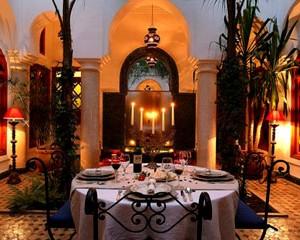 ¿Imaginas una cena romántica en este patio árabe en el Riad Ayadina?