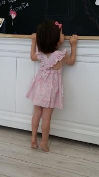 Alma con su vestido de tirantes cruzados, está preciosa!.